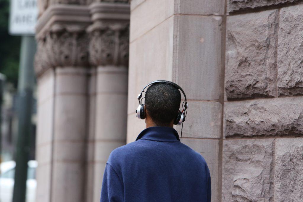un jeune homme écoute quelque chose avec un casque