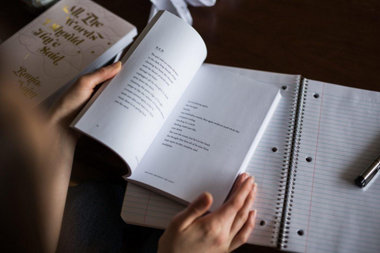 une personne prenant des notes d'un livre