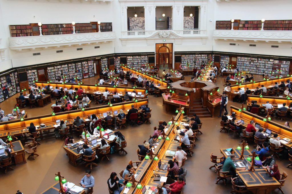Une bibliothèque pleine d'étudiants qui vont réussir leur année scolaire