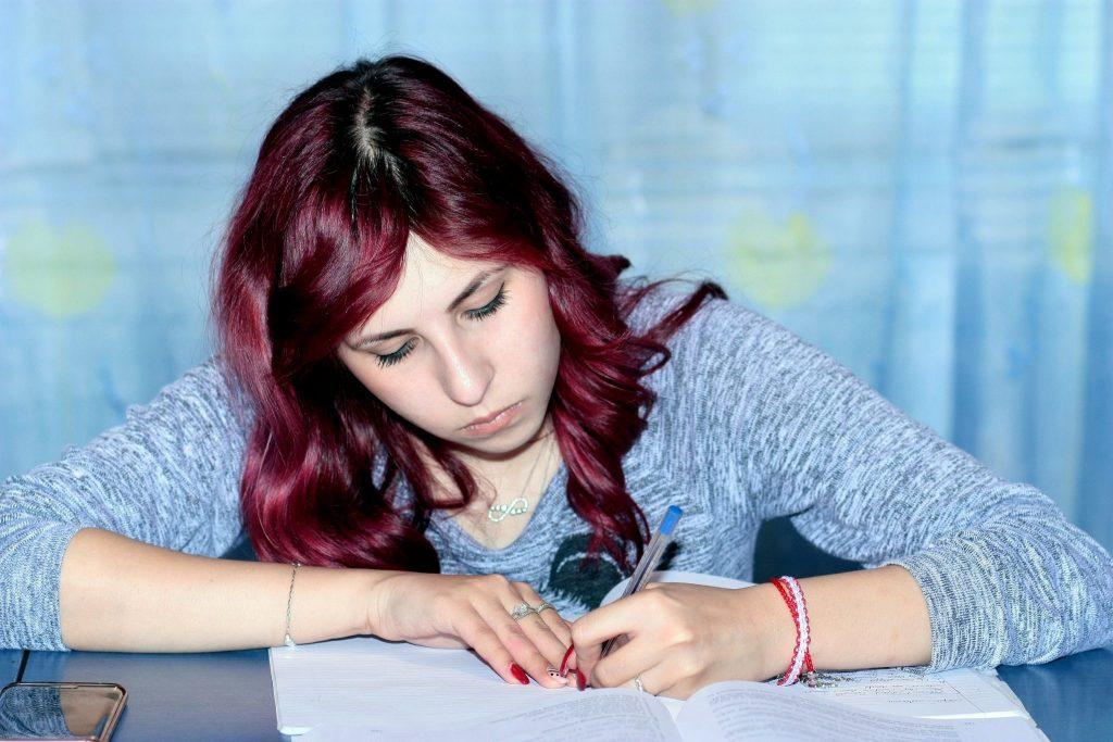 une étudiante sur la bonne voie pour réussir son année scolaire
