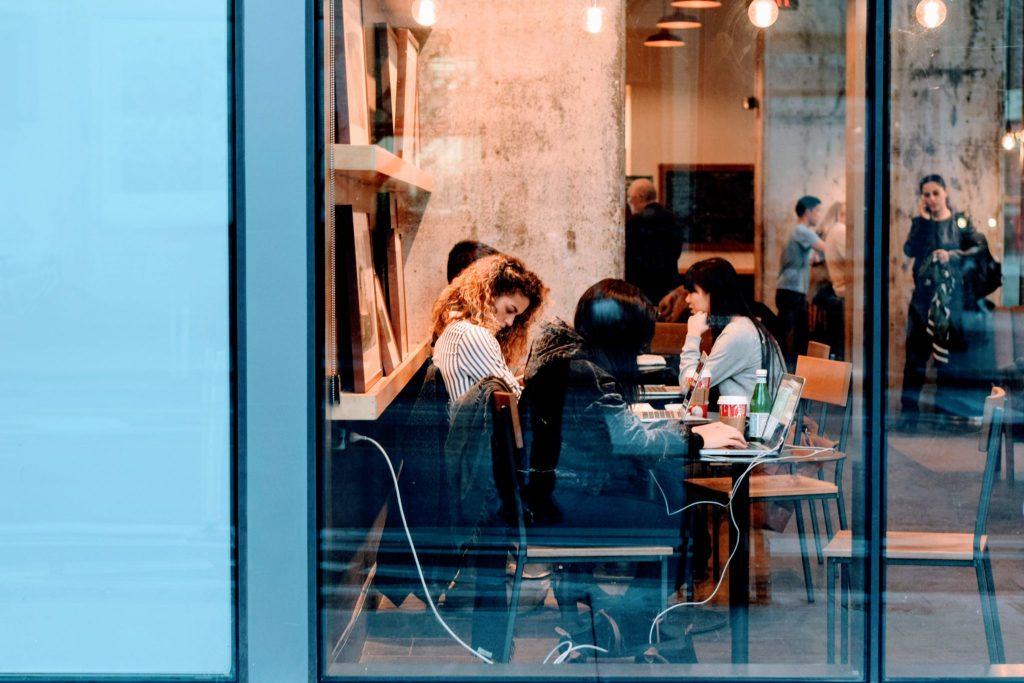 Les essentiels du réseautage : personnes dans un espace de coworking