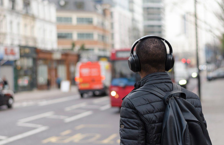 un homme écoute un podcast dans la rue